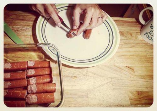 making hot dog bloody fingers